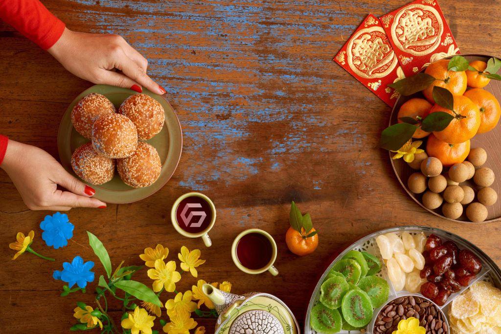 Donna imbastisce la tavola per il capodanno cinese